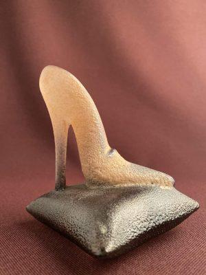 Kosta Boda - Catwalk - Shoe on Pillow - Pink design Kjell Engman