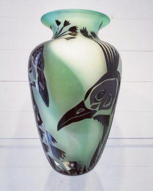Konstglas Unikat - Pavo Cristatus - grön/vit Sandblästrad design Betina Huber